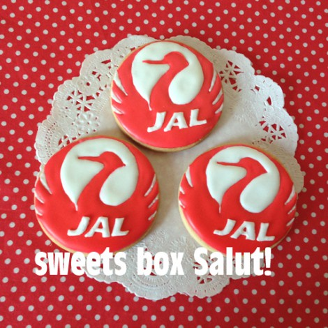 JALのマークと飛行機のアイシングクッキー