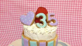 アイシングクッキーでケーキをデコレーション