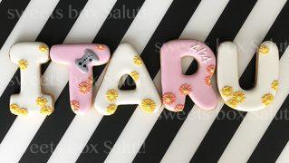 ガーベラ模様のアルファベットアイシングクッキー