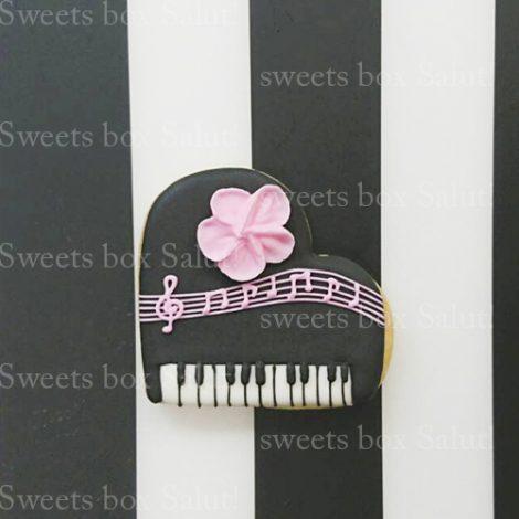 プチギフト用にピアノモチーフのアイシングクッキー