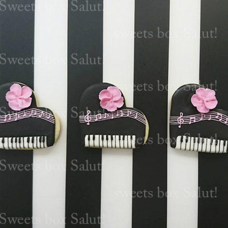 プチギフト用にピアノモチーフのアイシングクッキー1