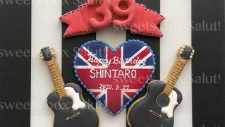誕生日祝い用ギターのアイシングクッキー