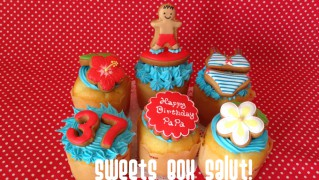 ハワイモチーフのお誕生日用アイシングカップケーキ