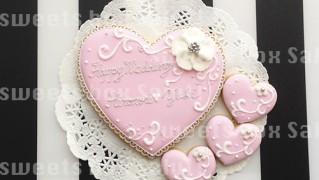 結婚祝いのハートアイシングクッキー
