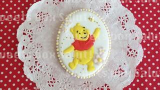 ミツバチと遊ぶプーさんのアイシングクッキー