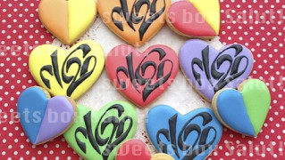 V6 20周年ロゴのアイシングクッキー